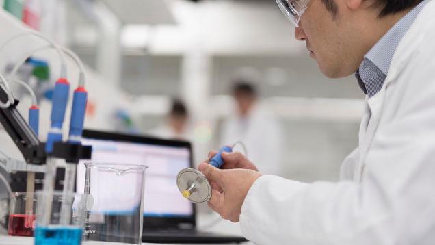 Используйте Memobase MemobasePlus CYZ71D для технического обслуживания и калибровки датчика CLS82D в лаборатории.